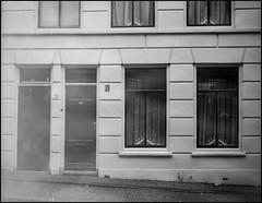 Het Oude Schoolhuis (Fotorob) Tags: vlaardingen geschakeldewoning woningenenwoningbcomplx architecture nederland zuidholland analoog anoniem eengezinswoning holland netherlands niederlande architectura architectuur