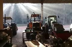 Máquinas_02 (Parchen) Tags: máquinas maquinário agrícola galpão galpãodemáquinas fega sol nascer nascerdosol contraste contraluz raios solares luz tratores trator tratoragrícola foto fotografia imagem registro parchen carlosparchen