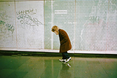South Bank, 2017. (deepstoat) Tags: london 35mm contaxt3 zeiss kodakportra400 street film analogue streetphotography workshop silver shoes pointy deerstalker reflection