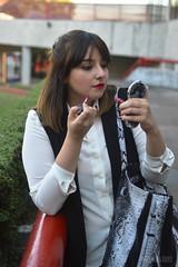 Anapam (Melili Navarro) Tags: retrato espontaneo modelo chica guapa linda atractiva sonriendo paleta de nieve comiendo bolso la moda fashion female makeup maquillaje labial risa carcajada museo historia