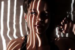 Translúcida (barquitopapel) Tags: luces lights sombras shadow ojos azules blue eyes reflejos juego de barquito papel