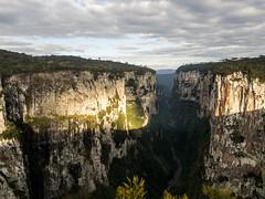 Itaimbezinho (Doug Scortegagna) Tags: canyon canion landscape landscapes itaimbezinho rs riograndedosul brasil brazil southbrazil southamerica paisagem sul light color colors nature mountain mountains cloud clouds amazing wild