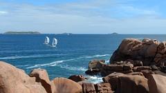 La Côte de Granit Rose .....à Ploumanac'h en Bretagne (lo46) Tags: france bretagne côtedarmor côtedegranitrose ploumanach perrosguirec roche pierre chemindesdouaniers mer bleu voiliers motorolag4 lo46