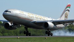 A6-EYO (AnDyMHoLdEn) Tags: etihad a330 egcc airport manchester manchesterairport 05r
