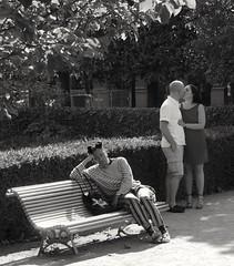 En couple ou pas. Jardin du Palais Royal. Paris, juin 2017. (JIDaye) Tags: paris couple baisé amour amoureux blackandwhite noiretblanc embrasse kiss seule solitude jardin palaisroyale
