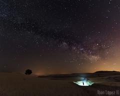 El visitante (Iban Lopez (pepito.grillo)) Tags: ©ibanlopez d7200 milkyway víaláctea nocturna noche night linterna lantern landscape ngc