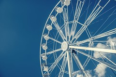 La grande roue (dono heneman) Tags: granderoue grande great roue wheel architecture manège carousel ville city urbain urban urbaine ciel sky nuage cloud métal metal blanc white rond round paimpol côtesdarmor bretagne france pentax pentaxart pentaxk3 cabine cabin