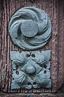 Detalles férreos sobre madera