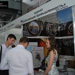 Руководитель отдела маркетинга PGM Наталья Перевощикова рассказывает посетителям о журнале