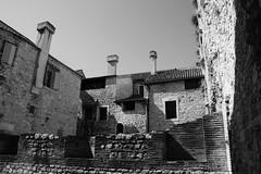 maison de pierre (Laura Sgn) Tags: maison house tycipal typique ville city street rue blackandwhite noiretblanc monochrome shadeofgrey nuance split croatie croatia
