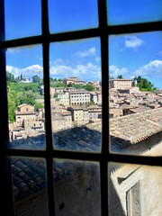Urbino 2017 – Palazzo Ducale – View of Urbino from the Palazzo (Michiel2005) Tags: view uitzicht raam window palazzoducale gallerianazionaledellemarche italy urbino italië italia marche demarken marken museum museo