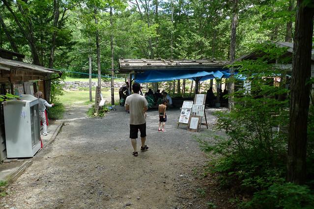 川遊びの後は 魚のつかみ取り|赤沢森林資料館