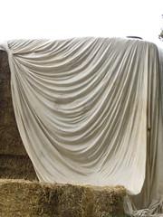 Doek! (Merodema) Tags: draperen gedrapeerd doek dekje wit white stro balen bedekt dekken covered plooien stof