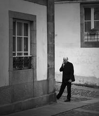 La llamada (Peter Wayne) Tags: llamada bn urbana santiago mirada nikon d5300 35mm street black white call