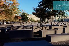 Monumento a los judíos de Europa asesinados, Friedrichstadt (Berlín / Alemania) (jsg²) Tags: berlin deutschland alemania berlín jsg2 fotografíasjohnnygomes johnnygomes fotosjsg2 unióneuropea europa europe ue europeanunion postalesdelmusiú germany federalrepublicofgermany bundesrepublikdeutschland monumentoalosjudíosasesinadosdeeuropa denkmalfürdieermordetenjudeneuropas holocaustmahnmal monumentodelholocausto השואה shoá endlösung holocausto judíos petereisenman burohappold friedrichstadt learosh adolfhitler genocidio alemanianazi holocaustmemorial memorialtothemurderedjewsofeurope nationalsozialismus nacionalsocialismo nazismo nazism