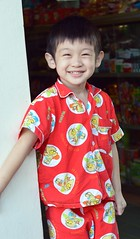 sporty pajamas and a big smile (the foreign photographer - ฝรั่งถ่) Tags: boy red sporty pajamas big smile doorway convenience store khlong thanon portraits bangkhen bangkok thailand nikon d3200