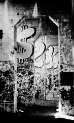 Graffiti Pier_033_01 (mujetdebois) Tags: canonelan100 35mm graffitipier analogphotography biancoenero blackandwhite blackandwhitephotography filmisnotdead filmlives filmphotography graffiti halideproject monochrome negroyblanco noirblanc schwarzundweiã streetart schwarzundweis черноеибелое