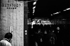 Marchant à l'ombre (www.danbouteiller.com) Tags: japan japon japanese japonais tokyo shinjuku city ville urban urbain street streetscene streetlife streets streetshot streetphoto streetphotography photoderue photo rue photography mono monochrome monochromatic black white noir blanc nb bw noiretblanc noirblanc blackandwhite blackwhite blacknwhite canon canon5d 5d 5dmk2 5d2 5dm2 fullframe eos 50mm 50mm14 people tunnel underground