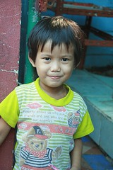 cute boy teaching us about poverty (the foreign photographer - ฝรั่งถ่) Tags: smiling boy ironic shirt message poverty khlong thanon portraits bangkhen bangkok thailand canon kiss