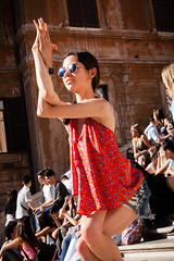 Just a little Yoga ... (Thomas Listl) Tags: thomaslistl color woman girl red yoga sunglasses sunny stand flexibility people crowd street urban rome roma rom spanishsquare piazzadispagna spanischetreppe