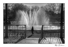 La passante (Rémi Marchand) Tags: noir et blanc black white dijon silhouette bassin fontaine place wilson canon 5d mark iii cityscape paysage urbain