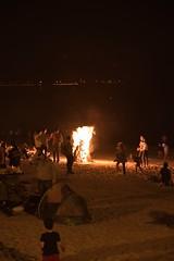 Contemplando el fuego (Juan M. Galiñanes) Tags: verano solsticio summersolstice cangasdemorrazo playaderodeira beach fuego fire sanjuan gente people