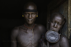 Beautiful Mursi couple at Jinka. Omo Valley, Ethiopia. (Raúl Barrero fotografía) Tags: ethiopia etiopía omovalley jinka couple mursi tribe mursitribe omo etnia travel people world portrait retrato plato