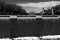 Illusion d'optique (CTfoto2013) Tags: washingtondc dc usa lincolnmemorial reflectingpool wwiimemorial water eau people passants trees arbres illusion dof depthoffield perspective fontaine fountain sky ciel nuage clouds monument architecture iconic streetshot scenederue bn nb bw blackandwhite noiretblanc blancoynegro monochrome cityscape paysageurbain landscape paysage nationalmall mall panasonic lumix gx7 mirrorlesscamera micro43 streetphotography downtown light lumiere