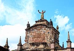 Arriba, la Libertad (Gaby Fil Φ) Tags: cusco qosqo cuzco santaclaracusco arcodesantaclaraelcuzco arcorepublicano confederaciónperuanaboliviana libertad ph559 patrimoniodelahumanidad ciudadescolonialesdeaméricalatina perú sudamérica esculturas arquitectura