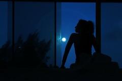 Playing with the moon (alestaleiro) Tags: celo céu estaleiro eliana musa silouhette silueta woman figura dance room view female mujer frau donna girl alestaleiro