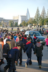 Pyongyang rush hour (Frühtau) Tags: dprk north korea korean people leute pyongyang capital city rush hour asia asian east traffic centre stadt haupt children car building architectrure design 평양 democratic peoples republic 平壤直轄市 pioneer schule kids walk pass by kinder worker view sight scenery 朝鲜 朝鮮 cháoxiān 地 outdoor корея северная كوريا الشمالية 北朝鮮 corea del norte corée du nord coreia do coréia เกาหลีเหนือ βόρεια