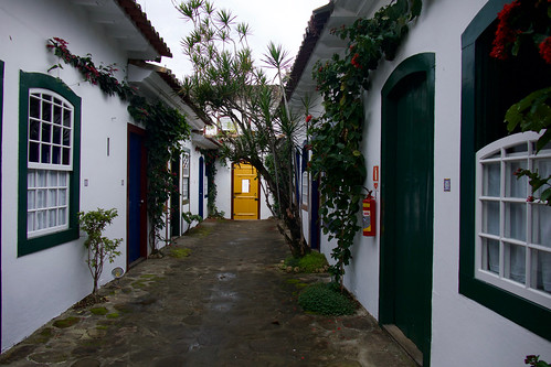 brazil-paraty-pousada-ouro-courtyard-of-second-building-copyright-pura-aventura-thomas-power