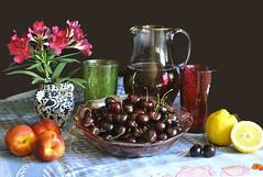Tè freddo, pesche e ciliegie (Melisenda2010) Tags: naturamorta stilllife pesche ciliegie estate oleandro coth