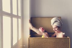 he decidido mudarme a vivir a mi imaginación (kLaraBj) Tags: chica girl bath bañera cajon baul creative creativo light luz me yo