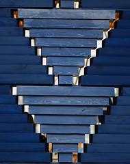 Serpentine Pavilion 2017, designed by Diébédo Francis Kéré (neil mp) Tags: serpentinepavilion serpentine kensingtongardens hydepark pavilion serpentinegallery summer2017 franciskéré diébédofranciskéré kéréarchitecture london park wall blue ziggurat