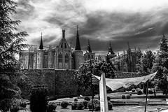 catedral y palacio gaudi, astorga (phooneenix) Tags: catedral palacio gaudi astorga león blackandwhite blancoynegro