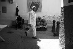 à Médine (pepe amestoy) Tags: streetphotography blackandwhite people tetouan marocco fujifilm xe1 voigtländer color skopar 421 vm m mount