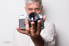 Self portrait (Troylo@stur) Tags: selfportrait autorretrato camara reflex zenit color objetivo lente 58mm mano hand estudio strobist