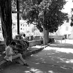 27i0617 (photo & life) Tags: italia italie city street streetphotography photography photolife™ jfl florence europe fujifilm fujinon fujifilmxpro2 fujinonxf14mmf28r 14mm blackandwhite noiretblanc women beauty squareformat squarephotography humanistphotography