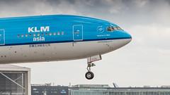 KLM 777-200ER on short final for runway 27 (Nicky Boogaard) Tags: boeing airbus aviation dmaviation aircanada klm cityhopper aa americanairlines kalittaair deltaairlines 787 dreamliner easyjet a319 747 freigther 747400 777200 77w 7878 7879 embrear e175 jetairways united keniaairways klmcityhopper