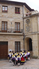 25-06-17 012 (Jusotil_1943) Tags: 250617 gaita tambor asturianos escenas urbanas