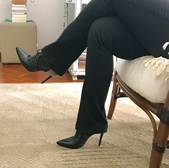 She is back in black again ! (Curto_um_pezinho) Tags: pernas legs pezinhos pés shoes foot feet bunda butt fuck esposa wife highheel saltoalto