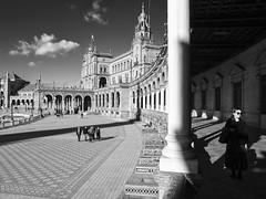 La Plaza de España, Sevilla, Spain (Angel Talansky) Tags: sevilla seville españa spain turismo turistas bw blancoynegro monocromo plaza plazadeespaña piazza people street streetphoto streetphotography em1 monument monumento