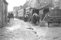 Barestraat in Groningen (ca 1927), met de wagenmakers Teije van Dellen (1862-1913) op nr. 52, Jafen Tepper (1890-1975) op nr. 3 en Wolter Jan Birza (1882-1949) op nr. 10. De wagens op de foto staan ter hoogte van nr. 56-58-60 (Kad. C 2287, 2288, 2289). (hansr.vanderwoude) Tags: barestraat maatschappijtotverbeteringvanwoningtoestanden werkmanssteun horse dellen hielkema vos birza tepper texer hansrvanderwoude drenth johanvanderwoude