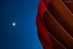 El Globo y la Luna (diegogm.es) Tags: olympus penf street 25mm mzuiko asturias globos globo gijon