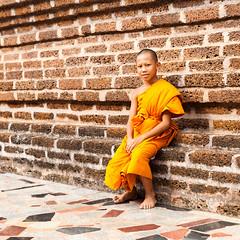 Young monk (SLpixeLS) Tags: asia asie thailand thaïlande temple watneramitwipatsana วัดเนรมิตรวิปัสสนา loei portrait monk moine novice wall mur brick brique