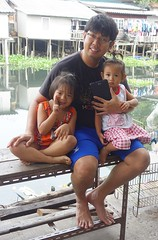 young man with his arms full (the foreign photographer - ฝรั่งถ่) Tags: dscjul192015sony young man two girls children tablet computer seated sitting arms full khlong lat phrao portraits bangkhen bangkok thailand sony rx100