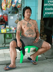 belly button tattoo (the foreign photographer - ฝรั่งถ่) Tags: tattooed man belly button tattoo sitting cigarette smoking convenience store khlong thanon portraits bangkhen bangkok thailand