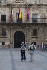 Peregrinos (Oscar F. Hevia) Tags: banderas peregrinos mochilas mochileros andarines caminantes flags pilgrims backpacks backpackers walkers hikers elcamino caminodesantiago astorga león españa spain castillayleón