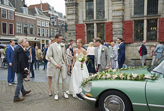 Trouwen in Delft (Mary Berkhout) Tags: maryberkhout markt delft trouwen huwelijk stadhuis bruidegom bruid bruidspaar bruidsboeket trouwauto wedding